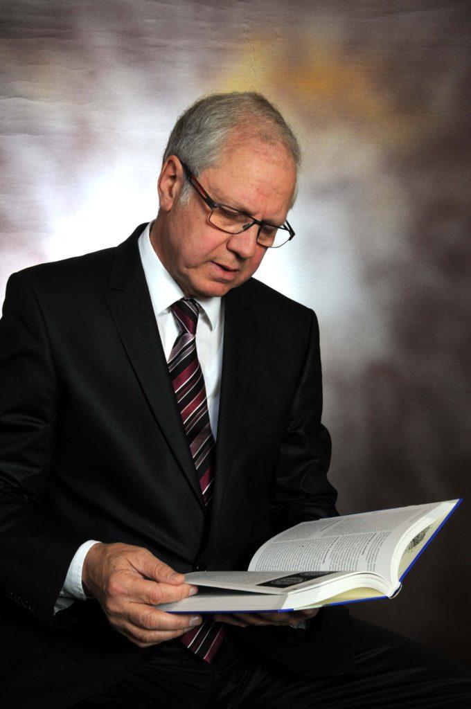 Professor Doktor Andreas Ferbert – Porträt mit Buch